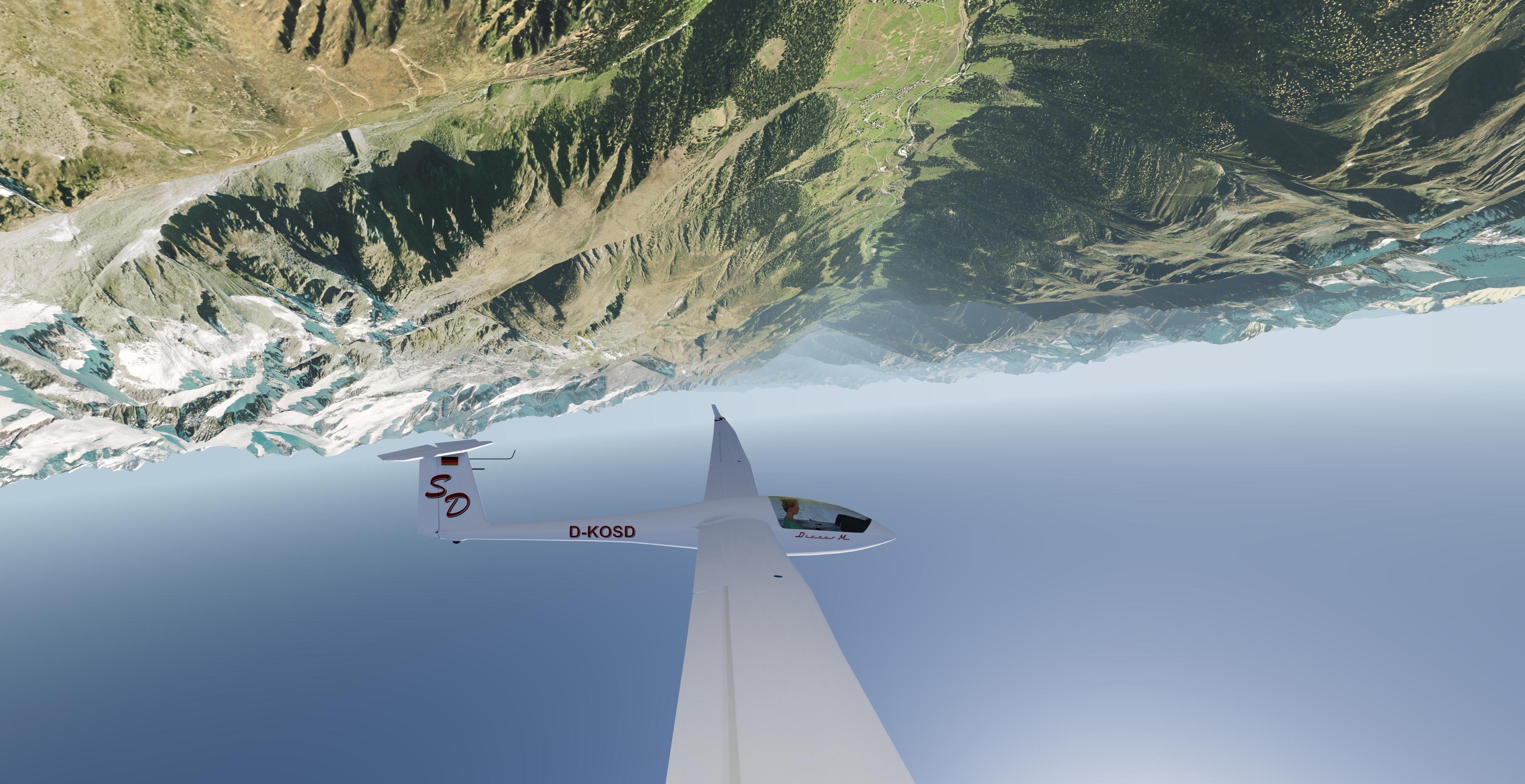 Discus bM - Rückenflug in den Bergen